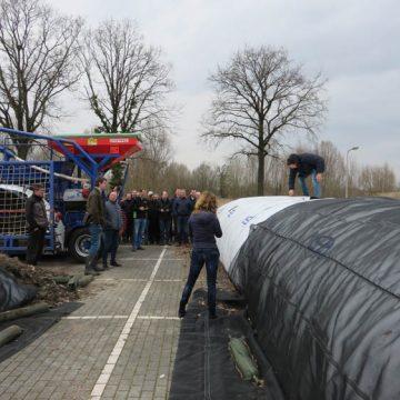Opening eerste 'Bokashi-slurf' met bladaarde bij Gildebor aan Asveldweg