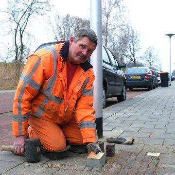 Gildebor-stratenmaker Hennie plaatst Stolpersteine